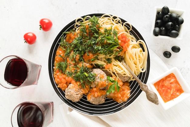 Vista superior plato de pasta y albóndigas delicioso