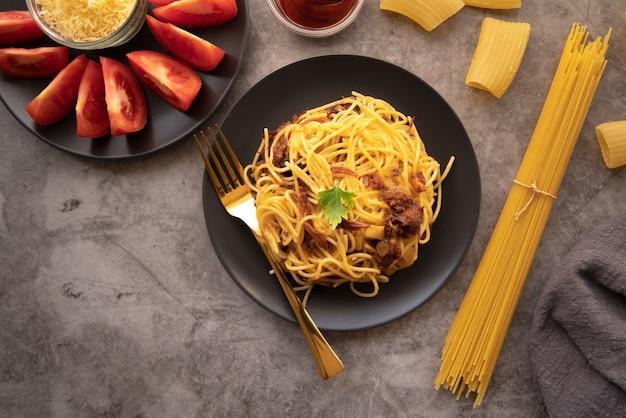 Vista superior plato de pasta con tomates