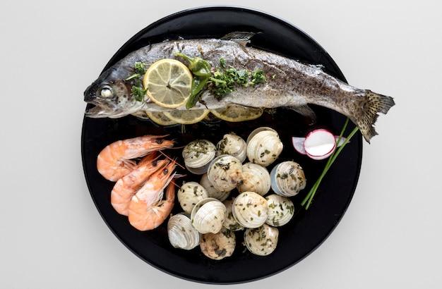 Vista superior del plato con pescado y camarones