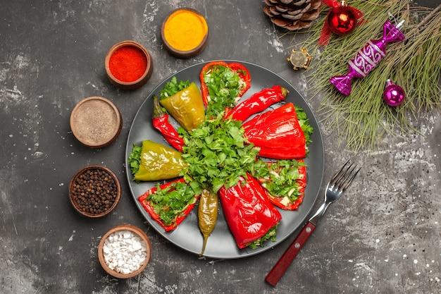 Vista superior del plato de pimientos los apetitosos pimientos especias cono de horquilla juguetes de navidad
