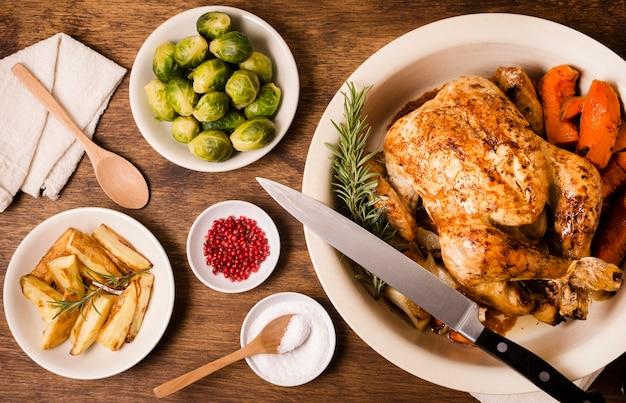 Vista superior del plato con pollo asado de acción de gracias y otros platos
