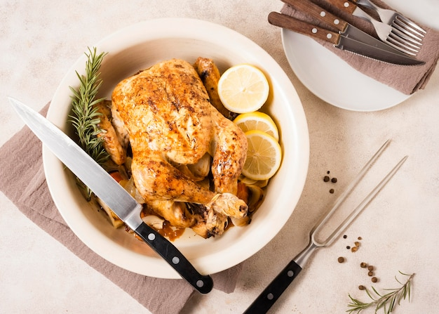 Vista superior del plato de pollo asado de acción de gracias con rodajas de limón