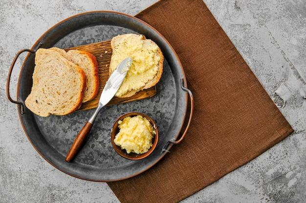 Vista superior del plato con queso blando casero esparcido sobre pan