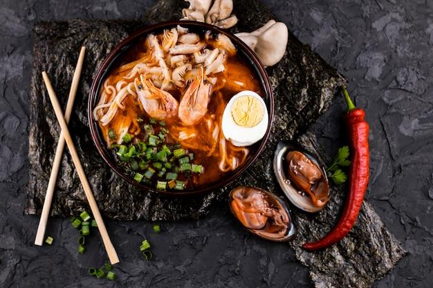 Vista superior plato de ramen con camarones y ostras