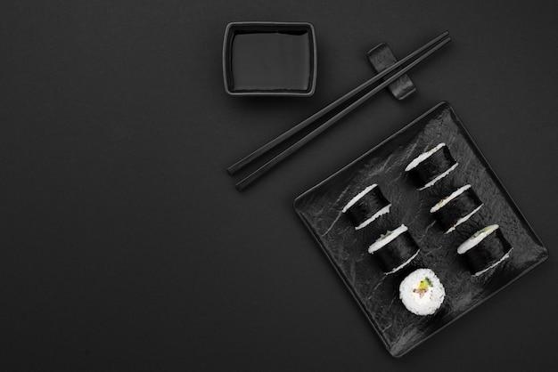 Vista superior del plato con rollos de sushi y espacio de copia