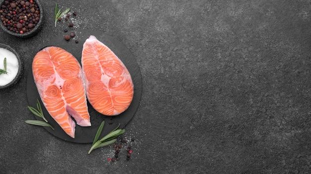 Vista superior del plato de salmón minimalista