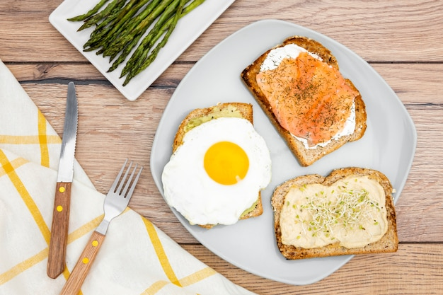 Vista superior del plato con tostadas y huevo