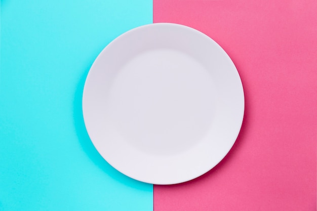 Vista superior de plato vacío limpio blanco
