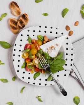 Vista superior del plato con vegetales orgánicos y tostadas