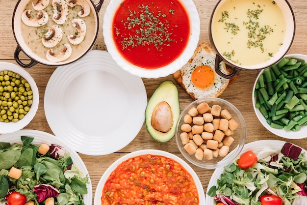 Vista superior de platos con aguacate y ensaladas.