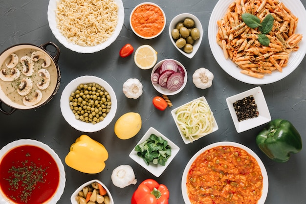 Vista superior de platos con ajo y pasta.