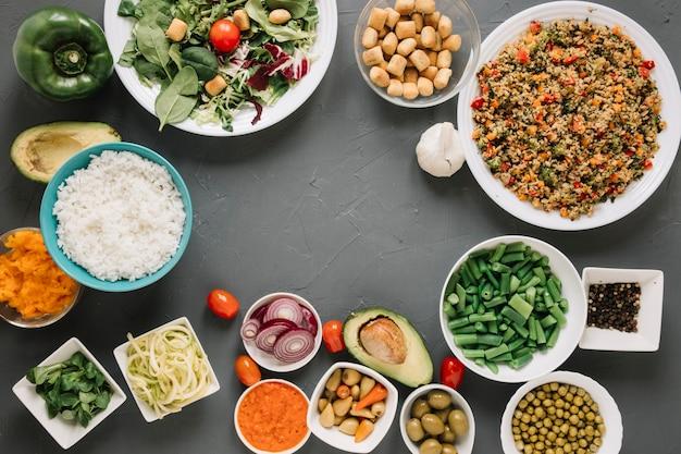 Vista superior de platos con arroz y aguacate y espacio de copia