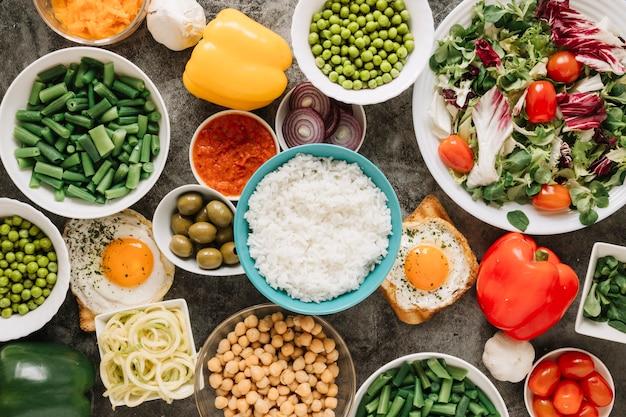 Vista superior de platos con arroz y pimientos