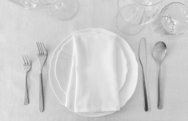Vista superior de platos blancos en la mesa con espacio de copia