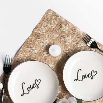 Vista superior platos de boda con tenedores