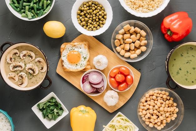 Vista superior de platos con cebolla y pimientos