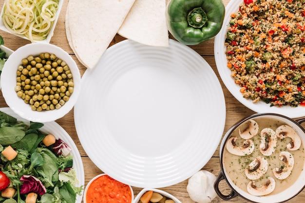 Vista superior de platos con champiñones y pimientos