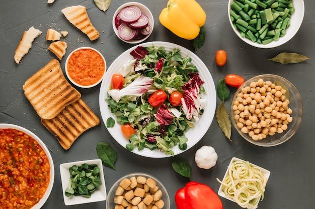 Vista superior de platos con ensalada y tostadas