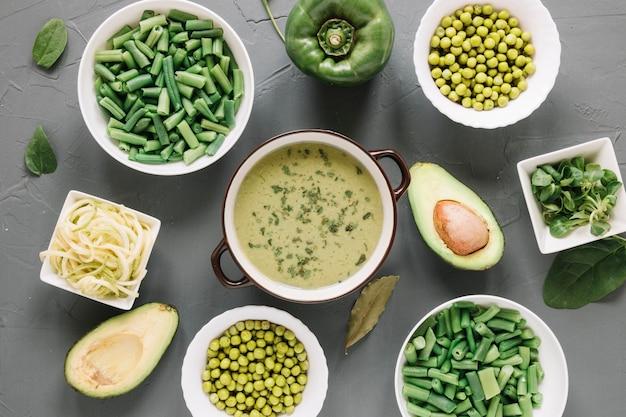 Vista superior de platos con guisantes y aguacate