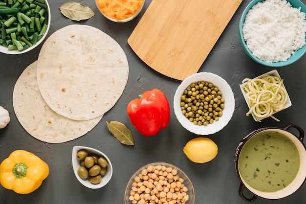 Vista superior de platos con judías verdes y limón