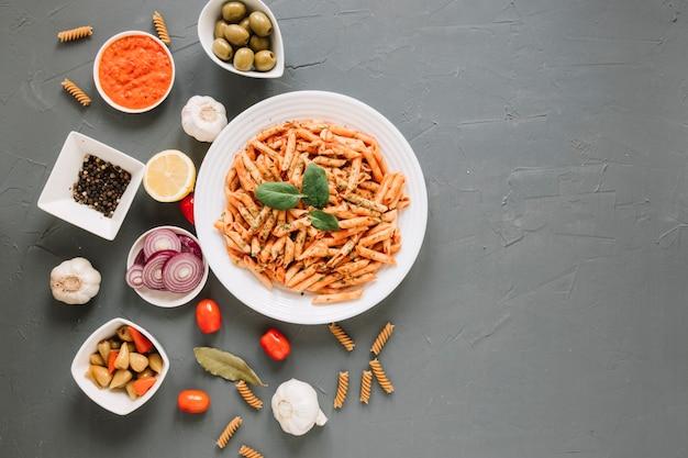 Vista superior de platos con pasta y pimiento