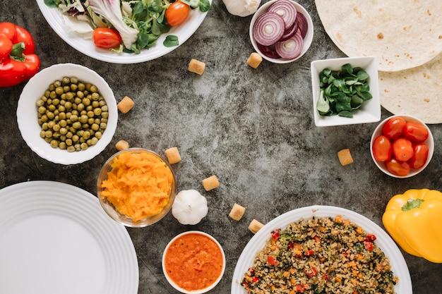 Vista superior de platos con pimiento y queso
