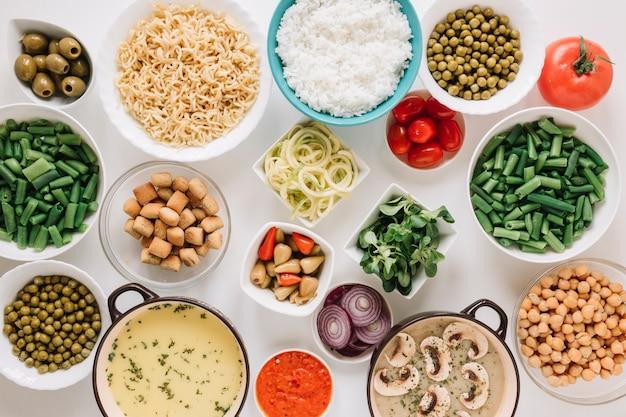 Vista superior de platos con sopa de arroz y champiñones