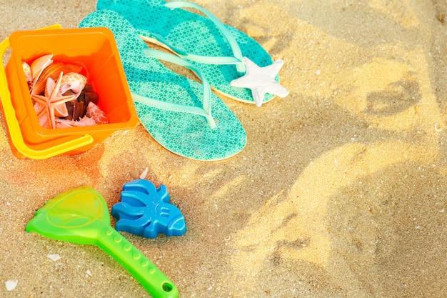 Vista superior de playa de arena con accesorios de verano.