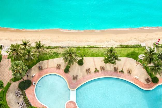 Vista superior de playa y mar con fondo tropical de piscina