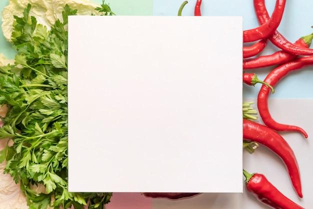 Vista superior de un poco de guindilla roja con marco cuadrado en la parte superior del concepto de espacio de copia de superficie de color suave f