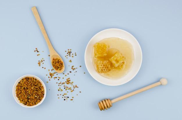 Vista superior de polen con panales y cucharón
