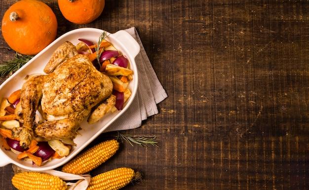 Vista superior de pollo asado de acción de gracias con maíz