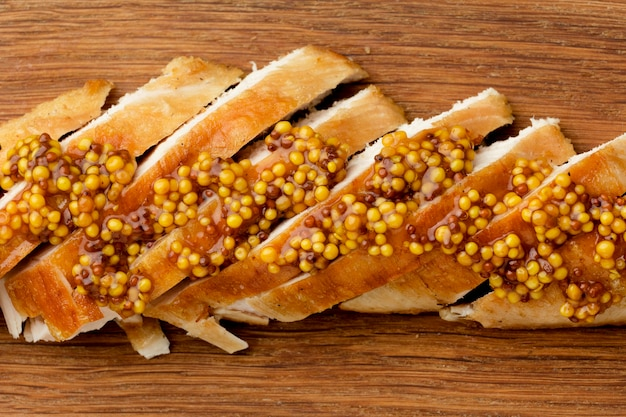 Vista superior de pollo asado con mostaza de dijon