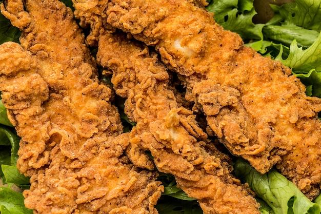Vista superior de pollo frito con ensalada