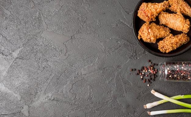 Vista superior de pollo frito con pimienta y espacio de copia