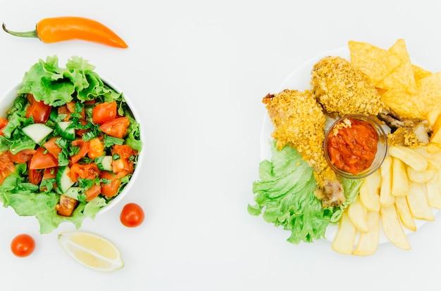 Vista superior pollo frito vs ensalada