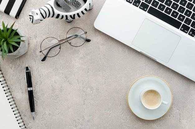 Vista superior portátil y café en escritorio