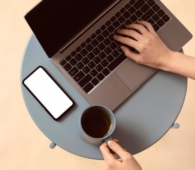 Vista superior del portátil y café de la mañana