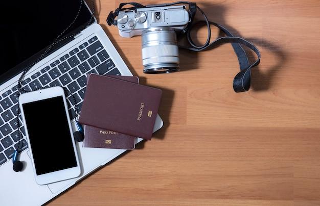 Vista superior portátil cámara auriculares y pasaporte prepárese para viajar