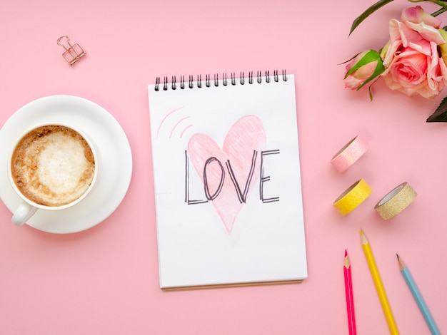 Vista superior portátil con concepto de amor