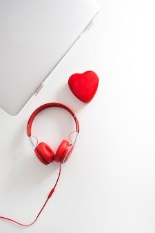 Vista superior de portátil y corazón