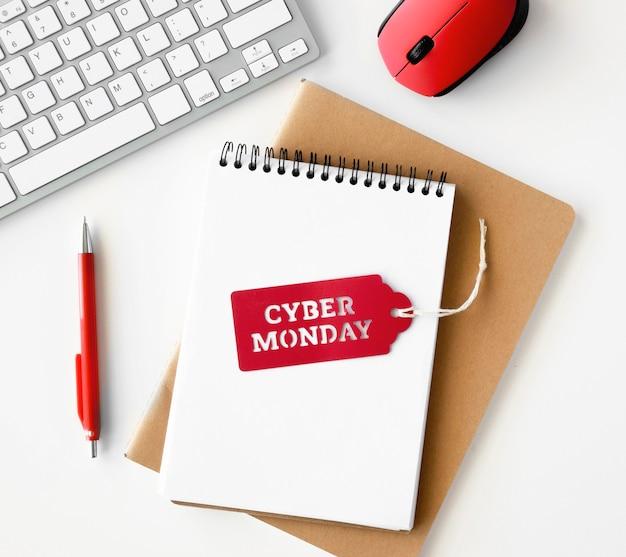 Vista superior del portátil con teclado y ratón para cyber monday