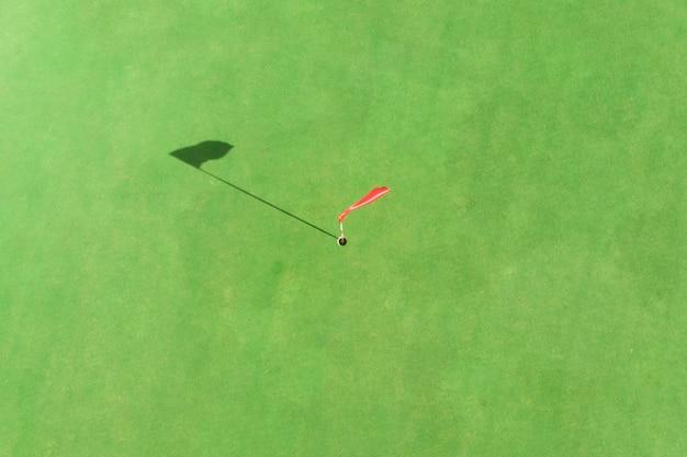 Vista superior del poste de golf en el green en un campo de golf