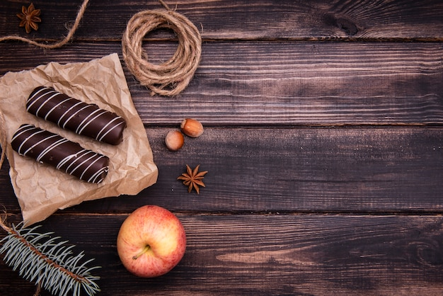 Vista superior de postre de chocolate con manzana