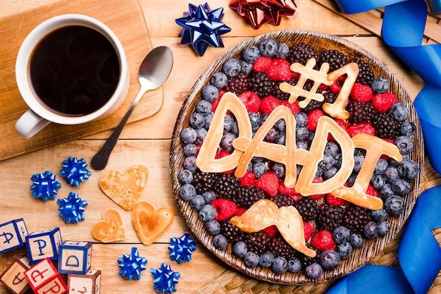 Vista superior postre del día del padre con café