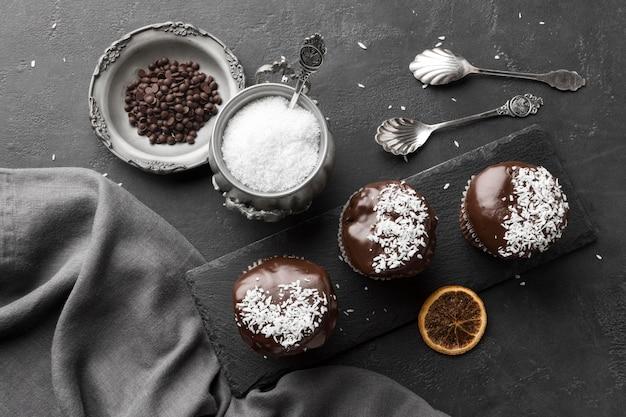 Vista superior de postres de chocolate con copos de coco