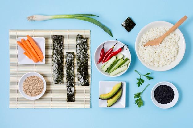 Vista superior preparando sushi