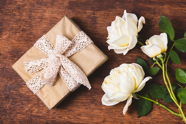 Vista superior del presente con cinta y rosas