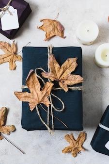 Vista superior del presente con hojas muertas