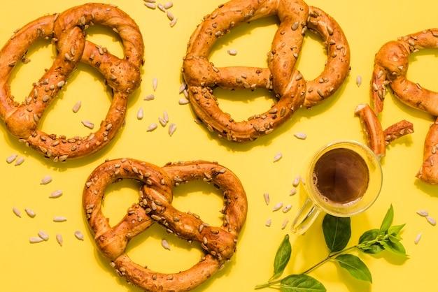 Vista superior pretzels frescos sobre la mesa
